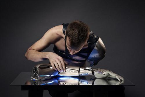 男子装仿生机械手臂 有USB手机充电口