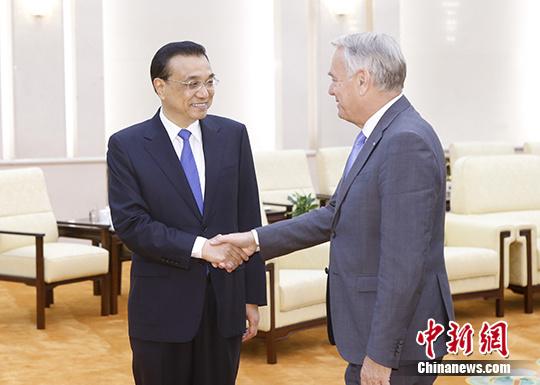 5月16日,中国国务院总理李克强在北京人民大会堂会见来华进行正式访问的法国外长艾罗。中新社记者 杜洋 摄