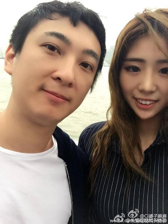 王思聪和美女合影