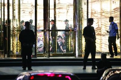 2016年5月19日晚,郑州市公安机关经过缜密侦查,对郑州市二七区一KTV严重涉黄违法问题进行了突击查处    供图/视觉中国