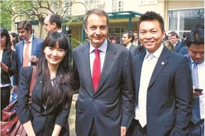 做外交官时的刘小溪,和西班牙前首相萨帕特罗合影。