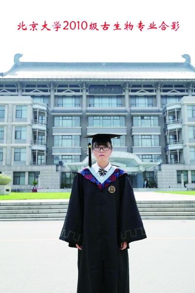"""薛逸凡当年""""一个人的毕业照"""",让大学四年默默无闻的她在网络上爆红。"""