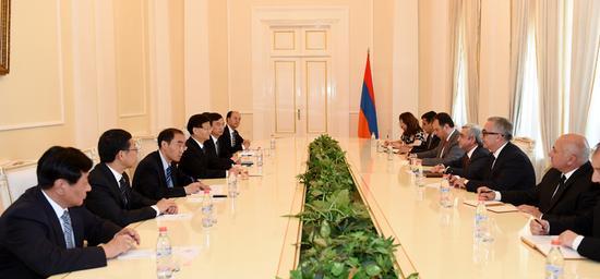 5月21日,亚美尼亚总统萨尔基相在埃里温会见习近平主席特使、中共中央政治局委员、中央政法委书记孟建柱。摄影 郝帆