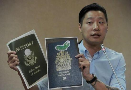 林昶佐展示加拿大与墨西哥护照贴纸的证据