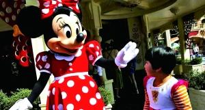 5月18日,上海迪士尼度假区经营测试有序停止,可恶的米老鼠吸引了小旅客。