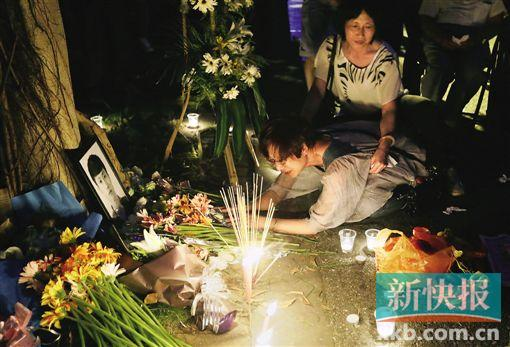 5月25日晚,广东产业大学的门生们在吴宏宇可怜身亡的体育馆前举办追思会。新快报记者 宁彪/摄