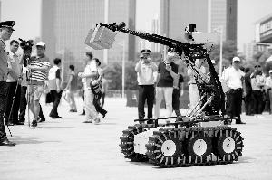 排爆机械人吸收了泛滥市民的眼光