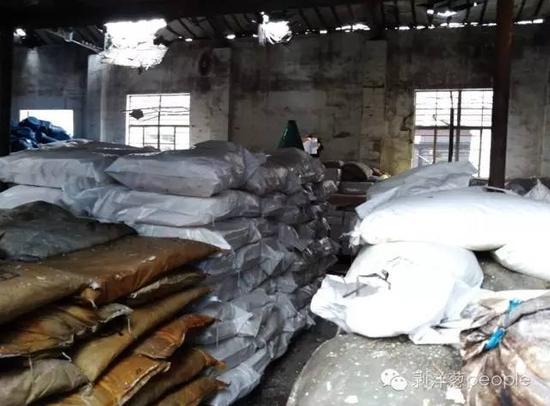 事发企业的仓库,现场堆放了大量的化工原料。爆炸产生的冲击波炸开了房顶,房屋所有的玻璃都被震碎。新京报记者谷岳飞 摄