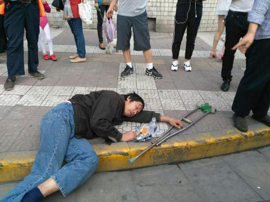当事人躺在陌头