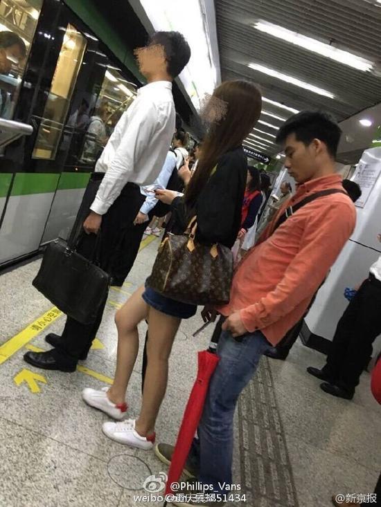 男子正在偷排女乘客