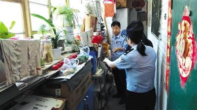 5月26日,民警复查时发现王女士逾期不改,仍在疏散通道堆放杂物。