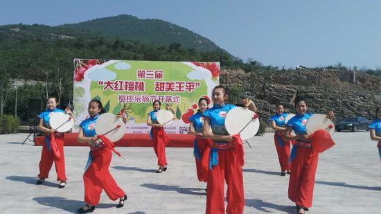 图为开幕式现场的京西太平鼓表演