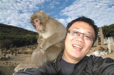 """2007年,日本小豆岛,张鹏和他女王范的猴子""""女友""""。受访者供图"""