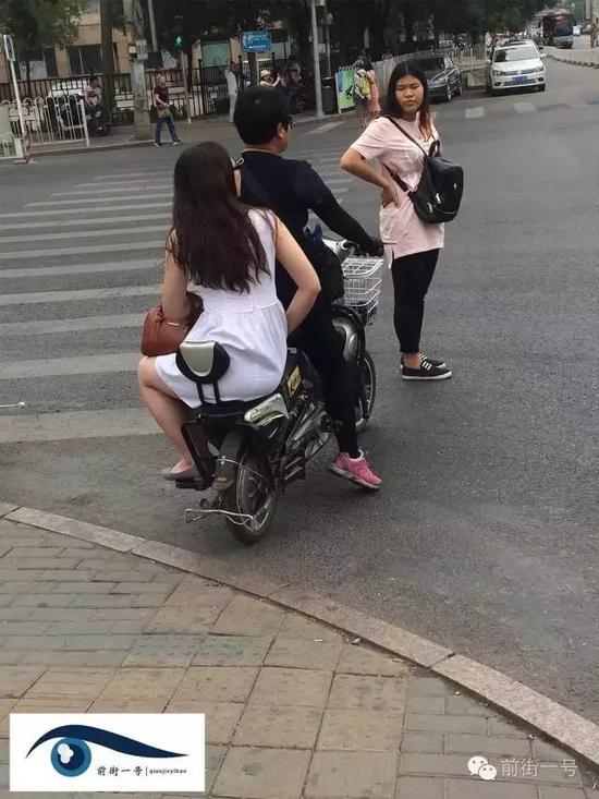 一名商贩骑电动车把两游客送进了校园