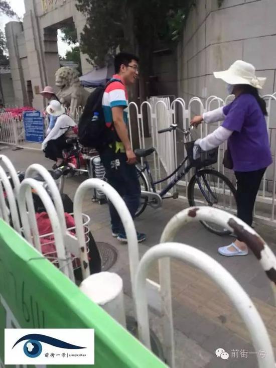 一名游客租商贩自行车参观完校园后,把车子还给了商贩