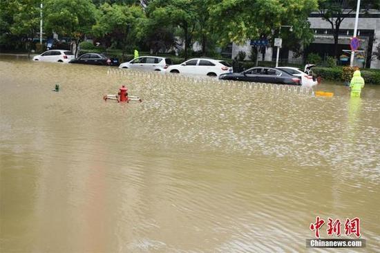 图为武汉杨家湾地铁站附近严重渍水。马芙蓉 摄