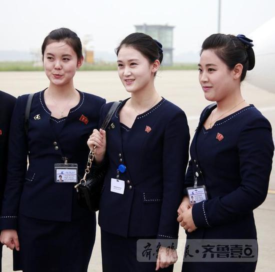 面临镜头,朝鲜空姐们略显羞怯
