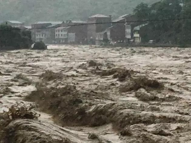 重庆遭暴雨袭击。