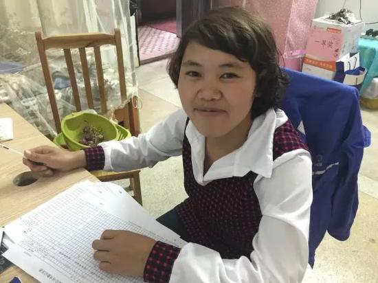 钱仁凤在宿舍区工作。