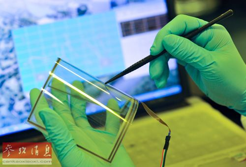 资料图片:2013年1月24日,中科院重庆绿色智能技术研究院的一名研究人员在进行实验操作