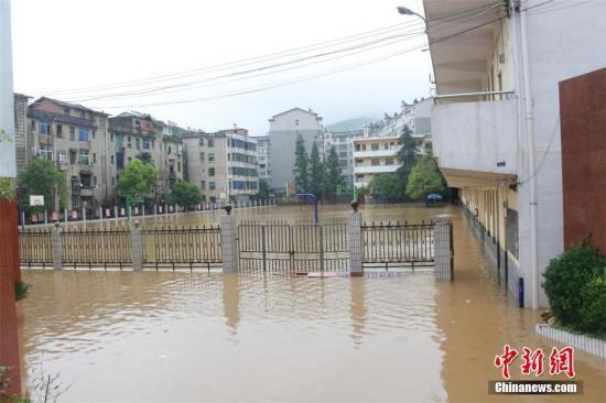 6月2日,湖北西南及东部地区遭遇中到大雷雨,局部暴雨袭击。 朱燕林 摄