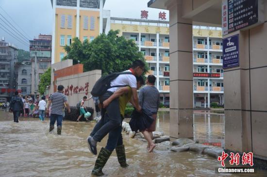 6月2日,福建福安市迎来强降雨,导致该市赛岐镇一街道被雨水淹没。 叶茂 摄