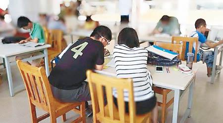 """上海兴起""""高考保姆"""",陪考生复习和聊天。"""