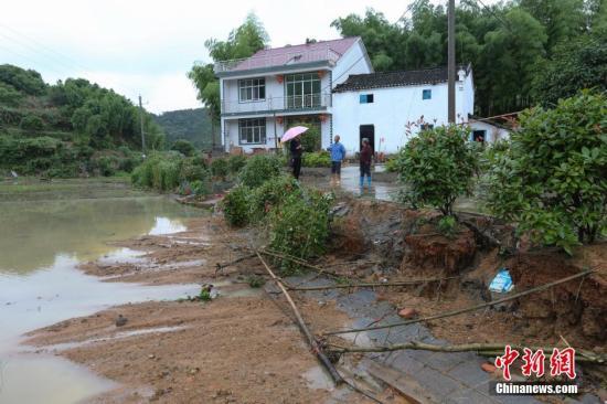 6月2日,江西省九江市武宁县清江乡,路基垮塌,良田被毁。 蒋德先 摄