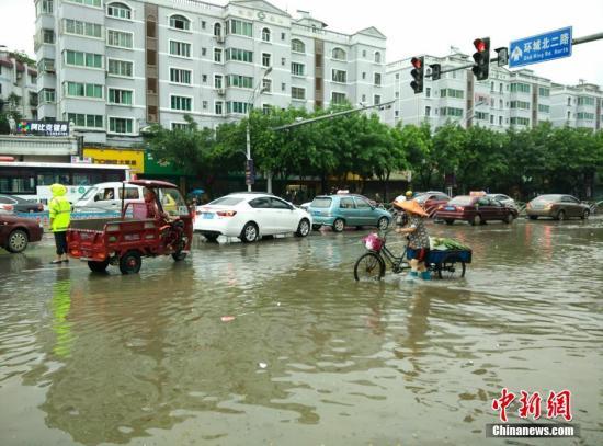 6月3日11时许,广西桂林市环城北二路桂花园小区门口路段的积水。欧惠兰 摄