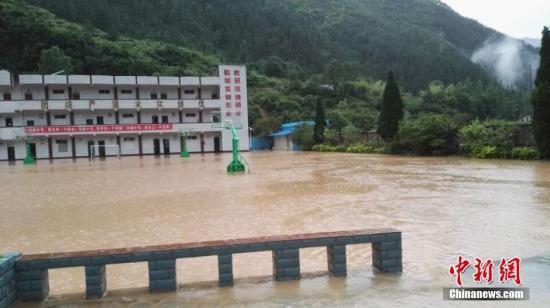 6月2日,重庆遭遇暴雨袭击,丰都县一学校操场和教室被洪水淹没。学生安全转移。