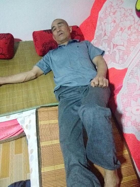 大多数时刻躺在床上困难喘气的赵怀德。