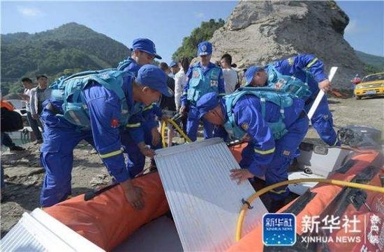 6月5日,搜救人员准备前往事发水域进行搜救。新华社记者薛玉斌摄