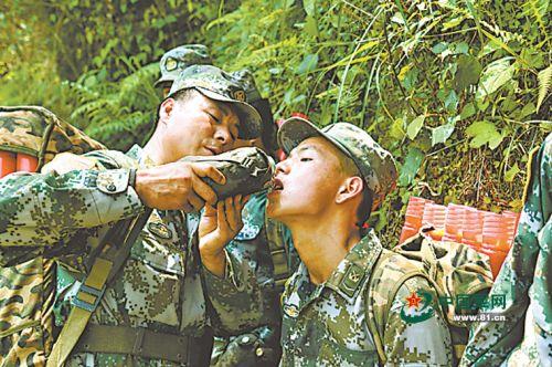 气候酷热,情况艰辛,战友送来的一口水恰似一泓清泉。