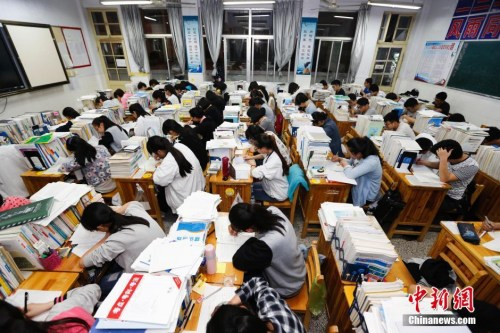 """资料图:5月24日,江苏赣榆高级中学高三学生""""挑灯夜读"""",备战高考。中新社发 司伟 摄 图片北京警方对高考实施全过程安全监管,确保高考顺利进行。  原标题:特警首次押运高考试卷进京 </p> <p class='ofwmjgwnrb'>&nbsp;&nbsp;&nbsp;   曾提出""""相对论""""的物理学巨匠爱因斯坦就是一个很好的例子,他在科技界的地位毋庸置疑。可他在音乐方面的天赋,尤其是小提琴上的造诣却鲜为人知。据说,他最喜欢听莫扎特的音乐,而他的许多公式和定律也是在联系小提琴的过程中想出来的。  李建民生前在陕南的安康任职,而他的老家在陕北志丹县,两者相距近1000公里,李建民一年不过也就回家几次而已,既然都不怎么居住,朴素一些也在情理之中。  在会见新加坡国防部长黄永宏时,孙建国表示,中方重视中新关系,愿与新方共同努力,不断丰富两国关系战略内涵,深化包括防务领域在内的全方位合作。希望新方发挥好东道主作用,妥善引导此次香格里拉对话会进程,为化解矛盾、推动合作,维护地区安全稳定发挥积极作用。 </p> <p class='ofwmjgwnrb'>&nbsp;&nbsp;&nbsp;   郭小波记得,申亮亮当年作出参军的决定,就和他父亲有关。他父亲曾鼓励他,好男儿就要到部队去。 </p> <p class='ofwmjgwnrb'>&nbsp;&nbsp;&nbsp;   除高考、暑假和春节,在""""五一""""、""""十一""""以及周末,老师们基本不能休息。一位女老师对自己婚礼上情形记忆犹新:丈夫的同事都来了,留给自己同事的座位都空着。""""红包到了,人来不了,因为实在走不开。""""  从易到难,有舍才有得 </p> <p class='ofwmjgwnrb'>&nbsp;&nbsp;&nbsp;   哈尔滨工业大学还在给中国青年报的独家回应中称,""""学校对每一位老师学术水平的认定都十分严格,任何企图浑水摸鱼、蒙混过关的行为都不会得逞。对于这类发表在国外著名学术期刊上的评论性文章和政策性文章,学校只将其看做一个教师社会责任意识的体现来参考,而不作为学术水平评价依据。""""真钱游戏平台,  衡水中学位于衡水市区东南部,周围与平房相伴。其破旧的大门和斑驳的墙壁,很难看出这里有多么特别。 </p> <p class='ofwmjgwnrb'>&nbsp;&nbsp;&nbsp;   当晚23时40分,南宁市及青秀区相关部门、辖区街道官员相继赶到现场,彻夜组织开展相关抢救工作。市政部门等组织3台大功率抽水机开展抽水,消防队员运用冲锋舟进行搜救。因暴雨持续不断,致使水位逐渐上涨,消防队员搜救未果,现场搜救指挥部根据涝情,及时调遣专业救援人员(蛙人)进行专业搜救。真钱游戏平台,  既要抬头看天,又要低头走路 </p>                <p class='ofwmjgwnrb'>&nbsp;&nbsp;&nbsp;   交管部门在科学设置信号灯配时的基础上,进一步梳理各考点周边占路在施工程情况,对影响考场环境的占路在施工程一律停止施工,最大限度保障高考顺利进行。  ——英国哲学家培根这样讲到:印刷术、火药、指南针,这3种发明曾改变了整个世界事物的面貌和状态,以致没有一个帝国、教派和人物能比这3种发明在人类事业中产生更大的力量和影响。  纸终究包不住火。真钱游戏平台,  朝雾缥缈笼罩着广西桂林市灌阳县洞井瑶族乡野猪殿这个桂北小山村。还没看到村小,洪亮高亢的男声带领小学生琅琅诵读的声音已经远远传来。 </p> <p class='ofwmjgwnrb'>&nbsp;&nbsp;&nbsp;   延时申请获准她说高考有信心做完考题  北京晨报讯(首席记者 岳亦雷)昨天开始,北京消防启动""""白加黑""""工作模式,掀起""""监督检查攻势"""",每天组织警力对高考考点及周边宾馆、饭店等人员密集场所进行监督检查。  """"我们撞人是我们不对,我们说了该住院住院,该赔钱赔钱,他们一家人欺负我们两个人啊。""""看到民警到来,两名女子放开了男子,围着民警语速极快地述说着,从她们的话语中民警判断出她们才是肇事一方。 </p> <p class='ofwmjgwnrb'>&nbsp;&nbsp;&nbsp;   今年,高考试卷从外地印刷厂运送回京的途中,北京警方将专门出动两个特警武装处突车组,共8名特警,一路跟车押运,以确保高考试卷运送过程的绝对安全。  宋迈说,近年来泰中两军各领域交流合作密切,取得很多成果。两军应进一步加强在双边和多边框架下的交流合作。  向安徽反馈巡视""""回头看""""情况时,中央第五巡视组组长桑竹梅直言,该省对于大吃大喝、超配干部等上一轮巡视发现的老问题,整改不到位,""""酒桌文化尚未得到有效治理,全省消化超配干部问题进度滞后,甚至边改边超"""";""""少数干部不收敛不收手,顶风违纪"""";""""党政机关违规"""
