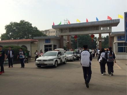 """5日早上8点08分,19辆大巴车将从被誉为""""世界高考工厂""""的毛坦厂中学依次开出。"""