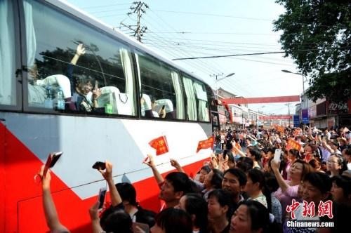 资料图:6月5日上午,19辆大巴车从毛坦厂校园缓缓开出,一年一度的万人送考拉开大幕。 中新社记者 韩苏原 摄
