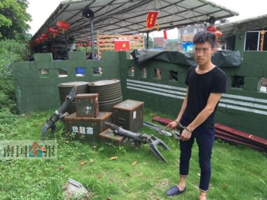 廖某在农庄草地上,现场指认拍摄用于装饰用的空汽油桶和空弹药箱。警方供图