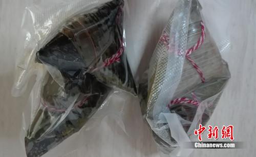 """某网店销售的""""私房粽"""",包装上没有生产日期、配料等基本信息。中新网 邱宇 摄"""