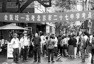 今天是高考第一天,市交管局在科场周边都组织了警力引导交通。   首席拍摄记者 吴宁摄