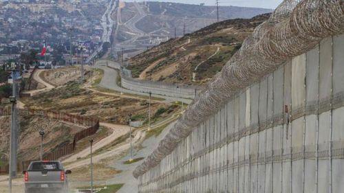 位于加州圣迭戈附近的美墨边境的隔离围栏。