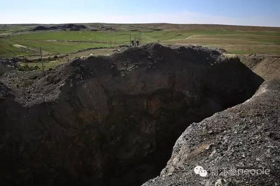 6月8日,内蒙巴彦淖尔市乌拉特中旗石哈河镇的草原上,大安鑫海铁矿的一处露天矿坑。去年1月份案发后,这个铁矿就被关停。新京报记者 尹亚飞 摄