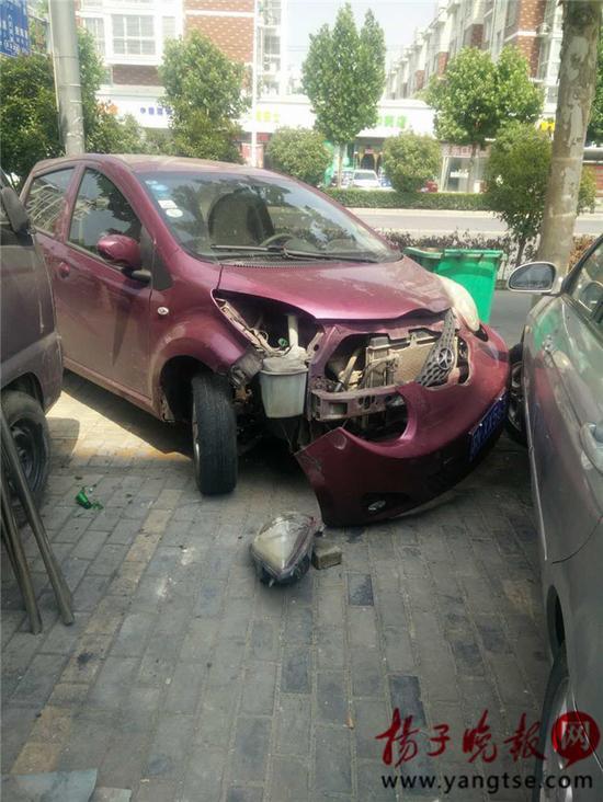 图为被砸坏的轿车。