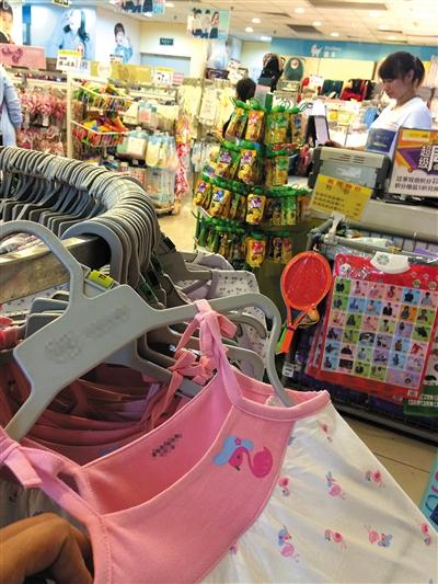 近日,国瑞购物中心内的一家母婴店里,一件粉红色的女童吊带连衣裙上设计有绳带。