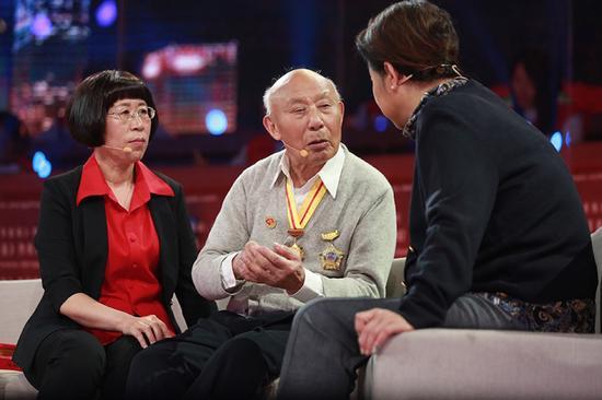 老兵向倪萍讲述长征故事。