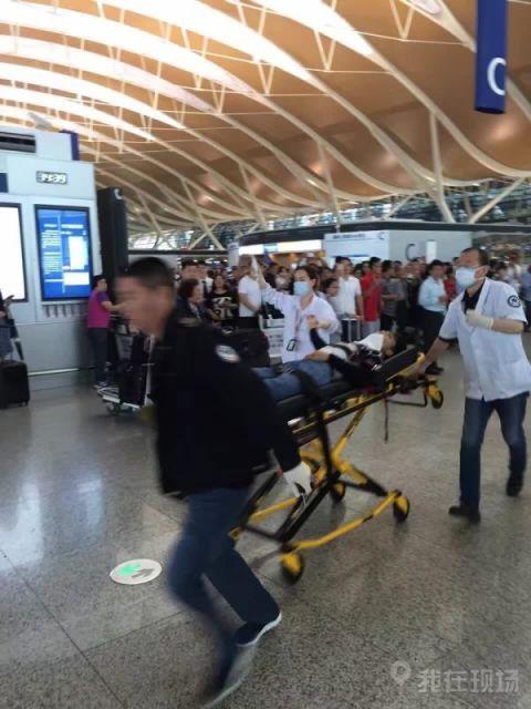 据民航事客户端公布的相片,有伤员被运走。