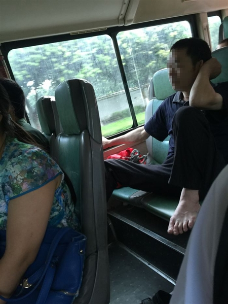 女子在公交车上晒脚丫,全车都是脚臭味。