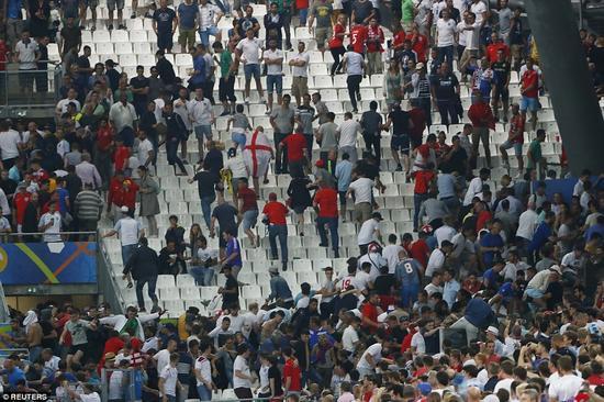 英国球迷被俄罗斯球迷追逐。