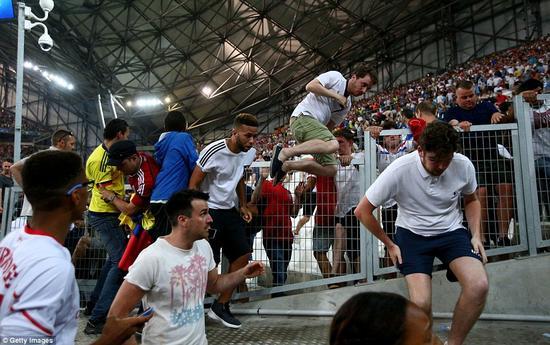 英国球迷纷纷跑出球场。