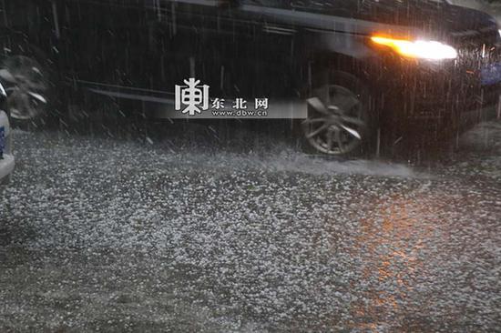 12日下午,哈尔滨骤降大雨冰雹。