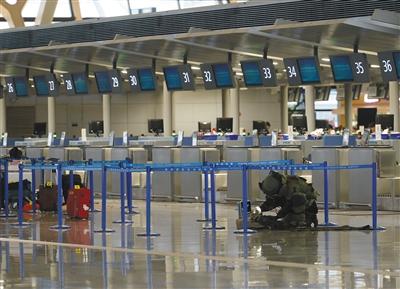 昨日,上海浦东机场,武警在排除疑似爆炸物。